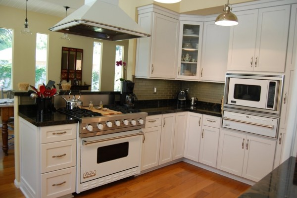 Shipshape-Bright-Cabinets-and-Brick-Backsplash-Apropos-L-Shaped-Island-Design-Ideas-for-Kitchen-with-Chimney-and-Hanging-Lights-at-Modern-House-View-1140x758